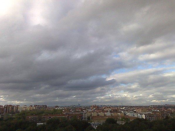Foto tormenta sobre el Skyline de Madrid
