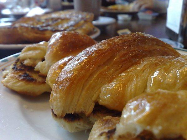Cruasan plancha con mantequilla y mermelada de melocotón