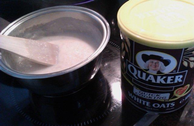 Haciendo porridge con avena Quaker para desayunar