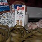 Foto receta de pasta con gulas y gambas a la salsa de nata