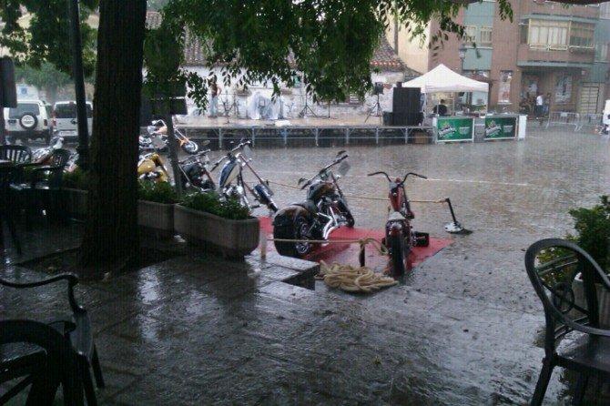 Diluviando en el Kustom day en Navacerrada