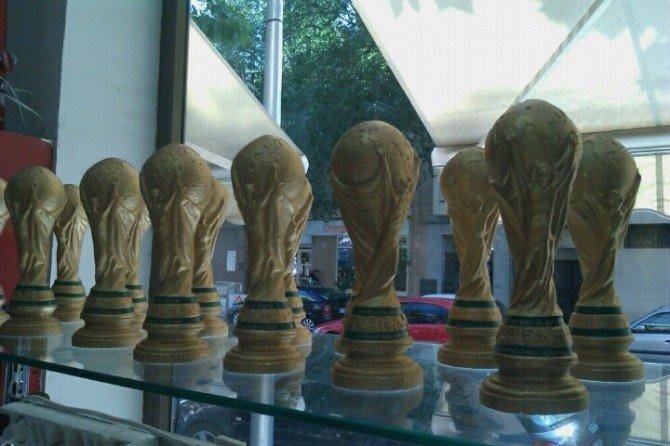 En el chino del barrio ya venden la Copa del Mundial que ganó España