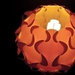 34/365 Viendo la televisión bajo la luz anaranjada de una lampara de Ikea
