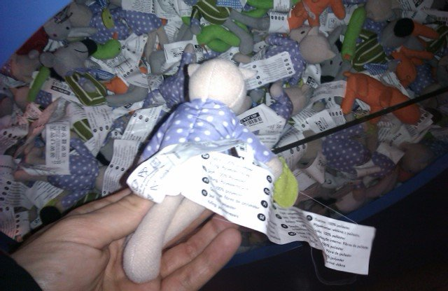 En Ikea venden etiquetas con muñeco incluido