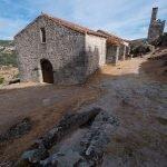 La iglesia de San Juan Bautista, la torre espadaña y las tumbas antropomorfas de Trevejo, Sierra de Gata
