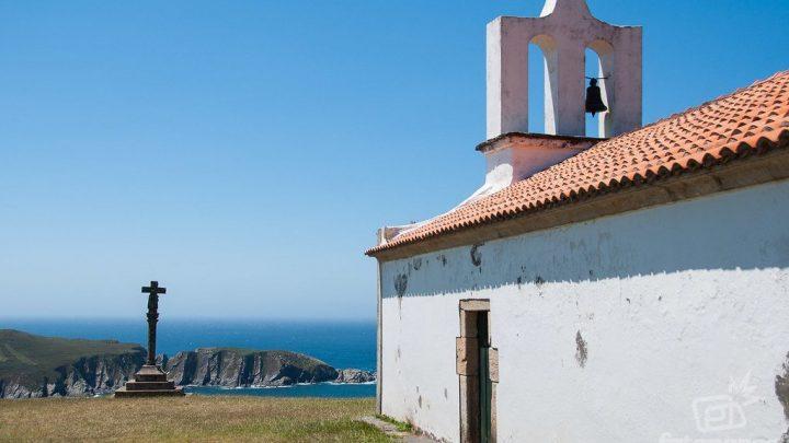Mirador, cruceiro y la ermita de Santo Antón de Corveiro en Cedeira