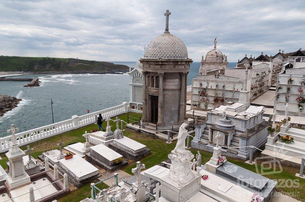 El Cementerio de Luarca, la Capilla de la Virgen Blanca y el faro